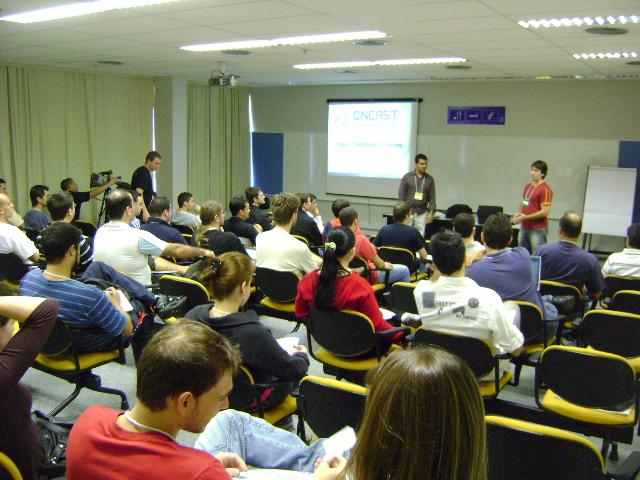 Adriano e Samuel apresentando o projeto open source Lobo