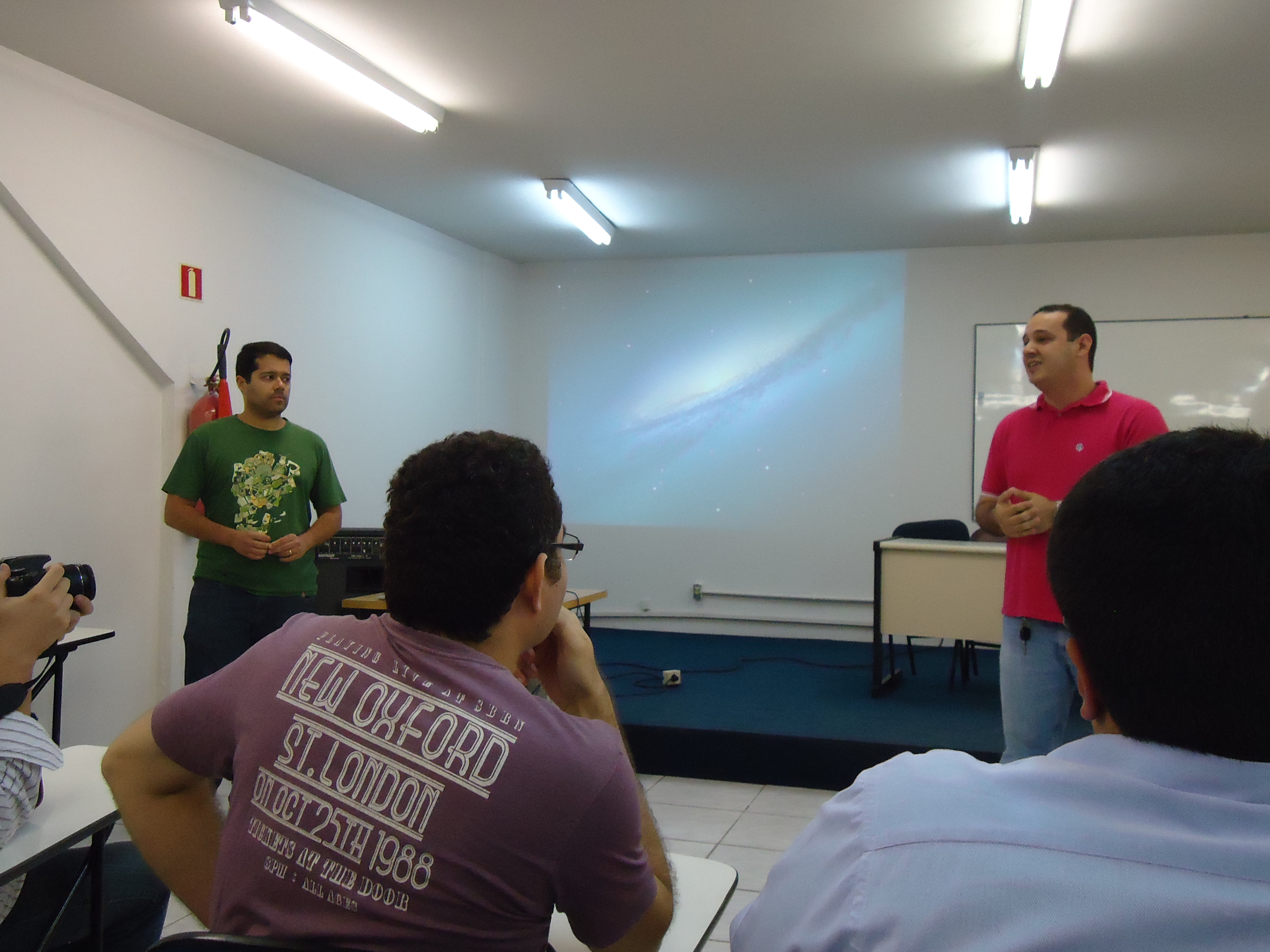 Fábio Aguiar dando boas-vindas à Vinícius Teles.