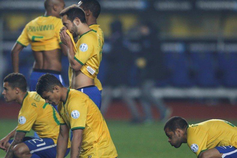 Jogadores da Seleção após derrota nos pênaltis para o Paraguai
